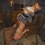 三角木馬の上で縄酔いする真性マゾ女囚友田真希