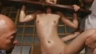 ギロチン拘束されたギャルは中出し専用の性奴隷