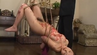 緊縛熱蝋を垂らされながら鞭打たれ呻くマゾ女
