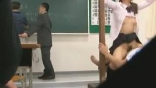 授業中に拘束セックスされている女子校生さとう遥希