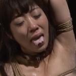 緊縛身動き取れない首輪のM女の舌に熱蝋を垂らす