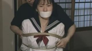 清楚なセーラー服の女子校生を緊縛放置