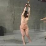 地下牢で吊るされ激しく竹刀で打たれる女の悲鳴