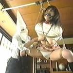M字緊縛吊るされてマスクの集団に輪姦調教され泣きながら喘ぐ制服JK