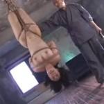 緊縛逆さ吊り 激しい鞭打ちに泣きじゃくるマゾ女