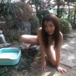 庭で飼う雌犬奴隷に放尿させ浣腸する