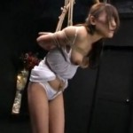 極限までくい込まされる股縄と鞭打ち