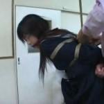 セーラー服女子校生を教室で緊縛吊るして浣腸
